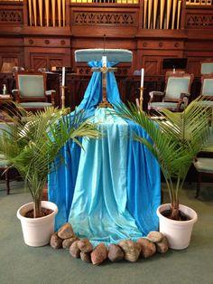 Baptism altar maybe? Corpus Christi, Church Banners Designs, Church Altar Decorations, Alter Decor, Altar Design, Prayer Stations, Church Stage Design, Church Flowers, Lent
