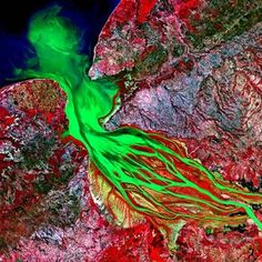 Les  images satellites d'Astrium et de la Nasa nous donnent un nouveau regard sur le monde et nous rappellent les enjeux écologiques de préservation de la planète. AMadagascar, la baie de Bombetoka (15°48'S-46°16'E) s'illumine sous l'oeil des satellites.