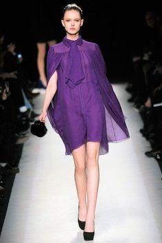 Saint Laurent Fall 2010 Ready-to-Wear Fashion Show - Frida Gustavsson (IMG) Violet Dresses, Mauve Dress, Purple Dress, Fashion Week, Fashion Show, Street Fashion, Dress Fashion, Fall Fashion, Mode Purple