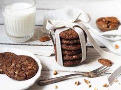Nebudu vám lhát, tohle je prostě naprostá dokonalost. Kdo má v oblibě čokoládu a oříšky, musí tyto cookies určitě vyzkoušet. Nejlepší jsou ještě vlažné, ale budete je milovat i další den. Neváhejte tento dezert vyzkoušet a jako jedlý dárek je věnovat někomu pro radost. 110 g kvalitní hořké čokolády (60-70 %) 100 g třtinového cukru 40 g másla 65 g hladké mouky 10 g kvalitního kakaa 1/2 lžičky prášku do pečiva 1 větší špetka soli 1 vejce několik kapek vanilkového extraktu 50 g nasekané… Cookie Recipes, Brownies, Place Card Holders, Sweets, Cookies, Food, Recipes For Biscuits, Cake Brownies, Crack Crackers