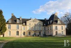 Dans le Calvados, château des 18ème et 19ème siècles classé MH avec ses communs du 17ème siècle ISMH sur près de 40 hectares, parc prés et bois.