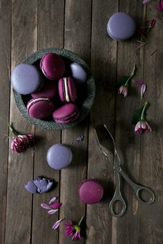 Blackberry Macarons in German. Blackberry Macarons in German. Just Desserts, Delicious Desserts, Dessert Recipes, French Macaroons, Cookies Et Biscuits, Food Art, Blackberry, Food Inspiration, Love Food