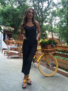 Patrícia Poeta é estilo puro com seu macacão jeans (Foto: Gshow/Paula Oliveira)
