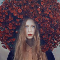 インパクトの濃い作品。青い瞳と赤い花が対照的。