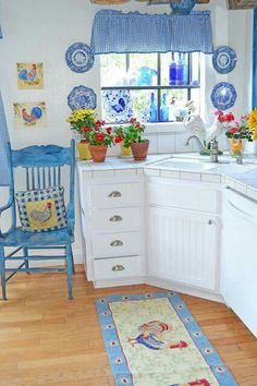 On the off chance that you need to make your kitchen a fun spot to assemble and appreciate with your family, children and companions then you ought to decorate you kitchen with rooster kitchen deco… Cozy Kitchen, Country Kitchen, Country Life, Kitchen Ideas, Rooster Kitchen Decor, Cuisines Design, Home Kitchens, Kitchen Remodel, Sweet Home