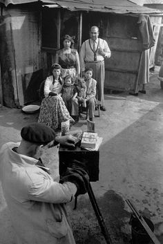 """Henri Cartier-Bresson. Este francés explica que """"De todos los medios de expresión, la fotografía es el único que fija el instante preciso. Jugamos con cosas que desaparecen y que, una vez desaparecidas, es imposible revivir… Para nosotros, lo que desaparece, desaparece para siempre jamás: de ahí nuestra angustia y también la originalidad esencial de nuestro oficio."""""""
