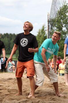 Iskelmän joukkue ja Neljänsuora pelasivat perinteisen lentopallo-ottelunsa Running, Sports, Racing, Hs Sports, Keep Running, Excercise, Sport, Exercise