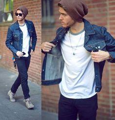 Camisa jeans + camiseta básica + gorro + sneaker