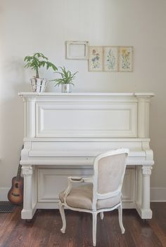 Vintage Whites piano (Although that chair would never fly for actually playing) Piano Living Rooms, Piano Room, Home Living Room, The Piano, Painted Pianos, Painted Furniture, Pianos Peints, Old Pianos, Furniture Makeover