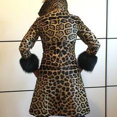 SUPER RIBASSISSIMO!!! sto parlando di un VERO giaguaro selvaggio, manifattura alta moda, conciatura morbidissima; d'epoca ma perfettamente conservata (non manca un pelo, nè perde un pelo) giaguaro selvaggio vero #anni70 PERFETTO stupendo anche se indossato da una cicciona (io😩) e senza cintura - grande manifattura pellicceria sartoriale moda - taglia 42 ALTRE FOTO SU RICHIESTA #ocelot #maculato #giaguaro #leopardo
