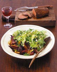 Salat mit roten Honig-Zwiebeln und Rinderfilet