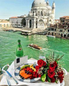 Romantic breakfast at the canals of Venice 👌🏼 ✨ Courtesy of @koentadyy