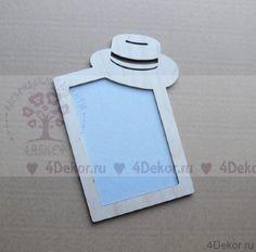 Фоторамка В шляпе Ф4 Строгая и лаконичная фоторамочка с модной шляпой. Общий размер 20,5х14,5 см, окошко под фото 10х15 см. В комплекте картонная заглушка. Сделана из фанеры 4 мм.