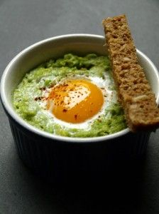 *** 30 sec with yolk instead of I also added cayenne pepper *** Oeuf cocotte avocat Veggie Recipes, Vegetarian Recipes, Cooking Recipes, Healthy Recipes, Microwave Recipes, Diet Recipes, Healthy Snacks, Healthy Eating, Salty Foods