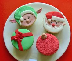 A plate of 4 Xmas themed cupcakes