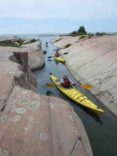 Kayak or canoe sport or a professional; there are several things that you should consider when buying a kayak or a canoe. Captivating Tips for Buying a Kayak or a Canoe Ideas. Camping En Kayak, Best Fishing Kayak, Canoe And Kayak, Canoe Boat, Fishing Tips, Bass Fishing, Jet Boat, Fishing Boats, Kayaks