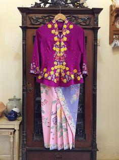 Kebaya Bali, Batik Kebaya, Batik Dress, Batik Fashion, Hijab Fashion, Model Kebaya, Thai Dress, Sarongs, Chinese Clothing