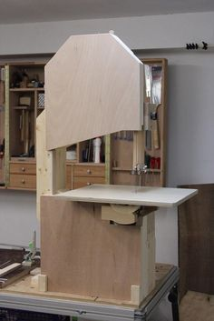 Bandsägen-Selbstbau Homemade Tools, Diy Tools, Diy Bandsaw, Woodworking Wood, Home Projects, Wood Crafts, Construction, Architecture, Storage