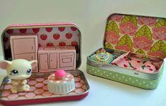 Créer une maison pour poupées avec des boîtes métalliques et des meubles en carton.