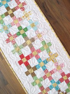 Bee In My Bonnet: Scrappy Summer Sew Along - Sweet and Simple Runner Tutorial! Table Runner And Placemats, Table Runner Pattern, Quilted Table Runners, Scrappy Quilts, Mini Quilts, Cubes, Bee In My Bonnet, Quilted Table Toppers, Patch Aplique