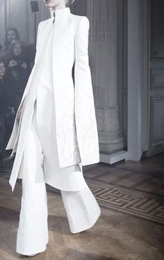 Winter whites , couture fashion style inspiration for parties over Christmas and New Year , minimalist looks for Alice White Fashion, Look Fashion, Fashion Show, Fashion Outfits, Womens Fashion, Fashion Design, Steampunk Fashion, Gothic Fashion, Outfits In Weiss