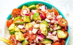 Easy cucumber tomato salad for summer with red onion, red wine vinegar and Italian seasoning. Refreshing, delicious and super fast to toss together. Tomato And Onion Salad, Cucumber Tomato Salad, Healthy Salad Recipes, Healthy Snacks, Healthy Eating, Clean Eating, Vegan Recipes, Protein Recipes, Healthy Appetizers