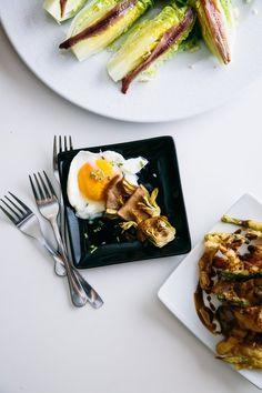 Stewed artichokes with a softcooked egg served alongside Tudelan lettuce hearts topped with anchovies at Bar José Luis / Alcachofas guisadas con un huevo escalfado servido junto con cogollos de Tudela cubiertos con anchoas en el Bar José Luis de Tudela #Navarra