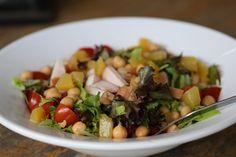 Een salade zonder poespas, snel wat ingredienten bij de supermarkt gehaald en deze salade in elkaar gedraaid. Eten zonder stress! Stress, Beef, Food, Salads, Meat, Ox, Ground Beef, Meals