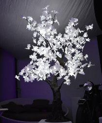 Questo albero a led ha la particolarità di essere decorato con foglie di stoffa che donano una particolare luminosità e raffinatezza. E' stato molto apprezzato come complemento di arredo in lounge di diversi locali della riviera romagnola