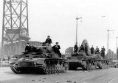 Duitse tanks van de 9e Pantserdivisie rijden vanuit Rotterdam-Zuid over de Koninginnebrug het Noordereiland op, 14 mei 1940. De foto is van 4umi.com http://4umi.com/image/map/nl/rotterdam/brongers.php