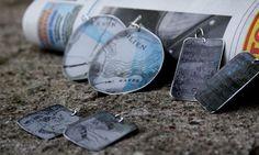 Korvakorut, sanomalehden painopelti, alumiini/hopea.