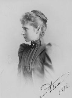 """Princesa Alix de Hesse (mais tarde Alexandra Feodorovna), com o rosto de perfil lateral esquerda. Vestido com gola alta, broche meia lua no pescoço. Abril de 1892. Assinado e datado no canto direito """" Alix 1892""""."""