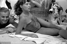 Sopocka plaża w obiektywie Tadeusza Rolke, jednego z nestorów polskiego fotoreportażu. Zdjęcia pozwalają nam na chwilę przenieść się do roku 1957. Dzięki znakomitym fotografiom plażowiczów wypoczywających na sopockiej plaży i molo, możemy przyjrzeć się modzie i nastrojowi panującemu w najsłynniejszym letnim kurorcie w kraju.