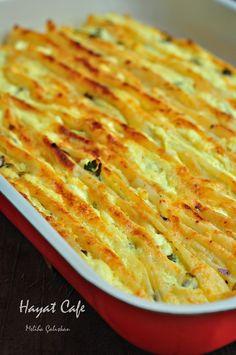 büzgülü börek Malzemeler 4 Adet hazır yufka 250 gr tatlı lor peyniri veya beyaz peynir Bir tutam-5-6 dal maydanoz) Börek için sos 1 Su bardağı yoğurt 1 Çay bardağı sıvıyağ 2 Adet yumurta Tuz ve karabiber