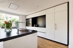 Keuken met kookeiland en nis met aanrecht voor apparaten