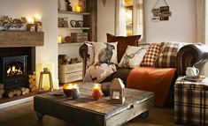 Simple ways to adjust your fall home decor whether you have a rustic, elegant or. Simple ways to adjust your fall home decor whether you have a rustic, elegant or minimalist home. Here& 5 easy ways to add cozy to your fall home decor. Cottage Living Rooms, Home Living Room, Living Room Designs, Woodland Living Room, Cosy Living Room Warm, Cosy Living Room Decor, Warm Colours Living Room, Country Living Room Rustic, Winter Living Room