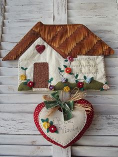 Beautiful for entrance! Diy Home Crafts, Felt Crafts, Fabric Crafts, Sewing Crafts, Sewing Projects, Fabric Wreath, House Quilts, Fabric Houses, Clothes Crafts
