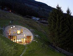 Villa Vals, Suiza. Una casa construida bajo tierra. Todo un experimento en las montañas de Vals, en Suiza. Una casa diferente, acogedora y abierta que a la vez te permite gozar de cierta intimidad. Una concepción nueva de casa con patio.