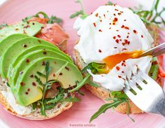 Grzanki z awokado, łososiem wędzonym i jajkiem w koszulce Avocado Toast, Hummus, Chili, Sandwiches, Tacos, Eggs, Ethnic Recipes, Breakfast Ideas, Diet