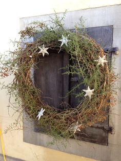 Kerstkransen - De Wemelaer : Wild and natural wreath. I would have to add a red plaid or plain red bow though! Natural Christmas, Noel Christmas, Country Christmas, Simple Christmas, Christmas Crafts, Christmas Decorations, Christmas Ornaments, Holiday Decor, Christmas Tables