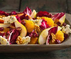 Salada de endívia com peras, nozes e Gorgonzola.