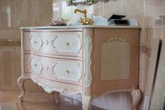 Gaia Mobili, mobile composto da base 2 cassettoni, decorato bianco/rosa  top in marmo bianco cristallino levigato lucido con alzata, ovalina sottotop in ceramica bianca, specchio lavorato simil argento.