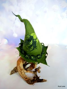 Halloween costume, green hat for witch, hand felted decorated poison ivy. Elf Cosplay, Halloween Hats, Festival Costumes, Elf Hat, Green Hats, Poison Ivy, Wiccan, Fairytale, Woodland