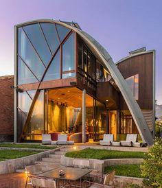 + Arquitetura :   Projeto de John Lautner, restaurado por Michael LaFetra e localizado na California (EUA).