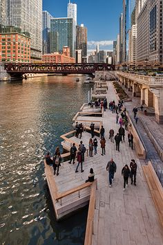 This drone footage captures the walkway along Chicago& riverfront over one year after Sasaki and Ross Barney Architects transformed it into a busy public space, featuring fishing platforms and a spot for kayaking. Villa Architecture, Landscape Architecture Design, Architecture Diagrams, Architecture Portfolio, Design D'espace Public, Chicago Riverwalk, River Walk, Urban Furniture, Urban Planning