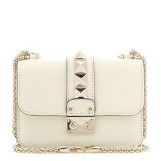 """Valentino - Schultertasche Lock Mini aus Leder - Kaum eine andere Tasche vereint so perfekt femininen Lady-Chic mit toughem Luxus wie die legendäre """"Lock"""" von Valentino. Fein genarbtes, cremeweißes Leder, ein eleganter Kettenriemen und Pyramiden-Nieten machen Valentinos Klassiker unglaublich modern und dennoch absolut zeitlos. Die XS-Version ist besonders charmant. seen @ www.mytheresa.com"""