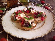Friselle alla caprese con pomodoro mozzarella e olive...perchè cos'è c'è di più estivo della caprese? solo il gelato forse! io d'estate campo a pomodori...