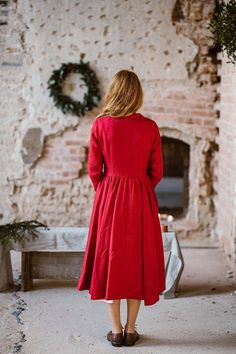The classic cut Son de Flor dress with Peter Pan Collar is made of high quality washed linen. The full cut romantic mid-length skirt with two side seam pockets has a beautiful drape and sways gently with every step. The interior of the skirt is lined with a white hem on the bottom which