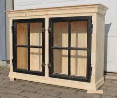 Frid & Fröjd Stockamöllan. Vitrinskåp. Byggt på beställning åt kund. Gamla fönster.