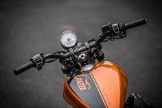 With the made-to-order Moto Guzzi Custom Bobber, the Moto Strada shop takes the already impressive Bobber and turns loose the bike's inherent custom DNA. Moto Guzzi Motorcycles, Cars And Motorcycles, V9 Bobber, Guzzi V9, Jawa 350, Bevel Gear, Two Tone Paint, Bone Stock, Custom Bobber